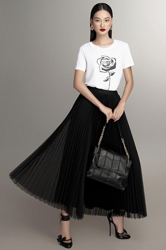 Áo thun in họa tiết hoa hồng có thể mix ăn ý theo nhiều phong cách khác nhau, từ năng động, khỏe khoắn tới dịu dàng, nữ tính.