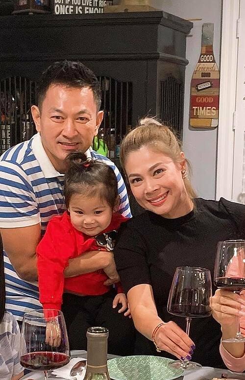 Vợ chồng Thanh Thảo và con gái dự tiệc tại nhà một người bạn.