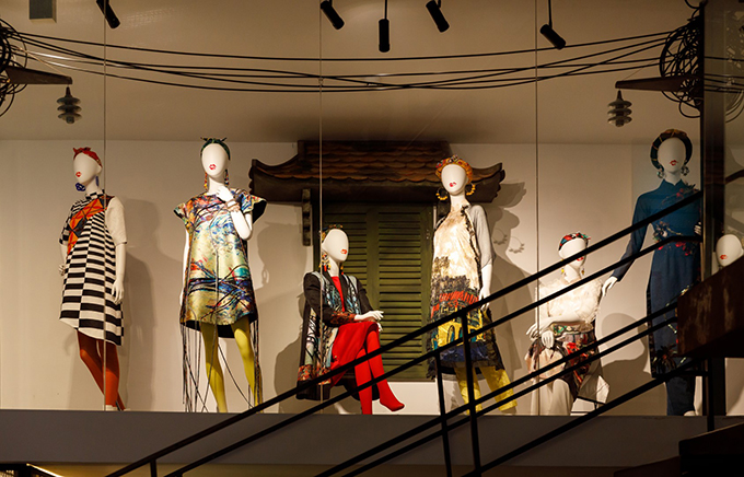 Cách trưng bày ở căn phòng cuối cùng trong triển lãm Mộng bình thường gợi nhớ dáng dấp của những cửa hiệu thời trang của Thuỷ Nguyễn ở các khu phố đắt đỏ của Hà Nội, Sài Gòn.