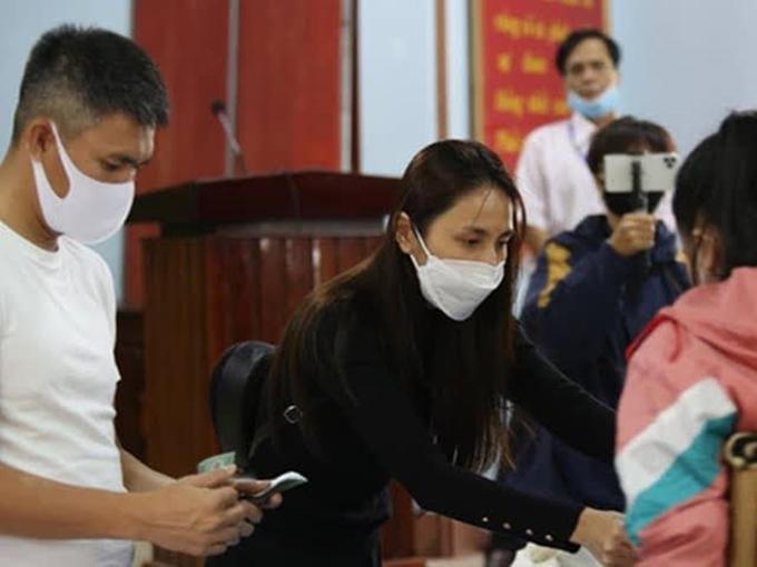 Thủy Tiên và chồng đi cứu trợ đồng bào miền Trung.