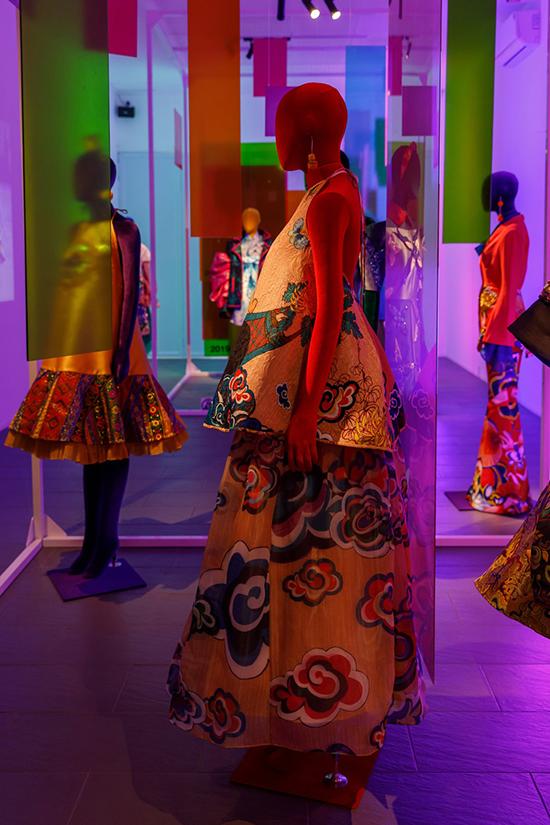 Trang phục vải gấm với hoạ tiết mây trời, áo yếm, váy xoè, đầm cánh bướm được bài trí trong căn phòng số hai.