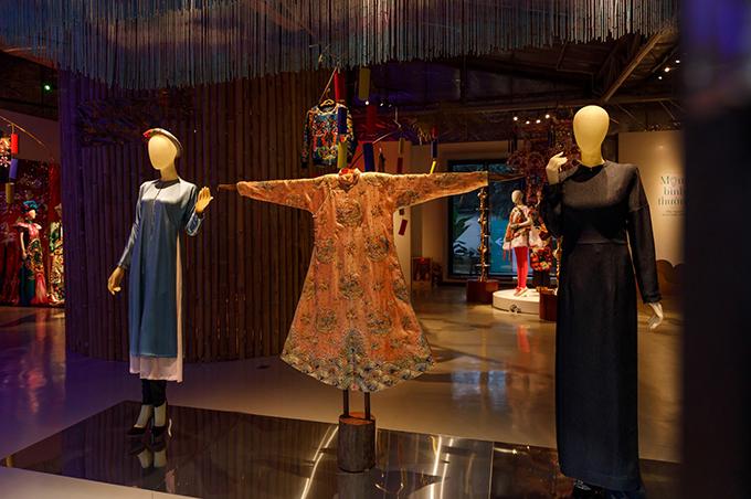 Cổ phục và áo dài cách tân được trưng bày cùng nhau để thể hiện ý niệm của nhà thiết kế trong căn phòng số một.