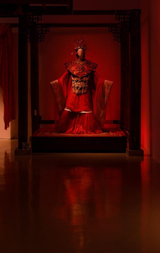 Bộ trang phục thiết kế kỳ công cho Thanh Hằng trong phim Quỳnh hoa nhất dạ cũng được giới thiệu tại triển lãm lần này.