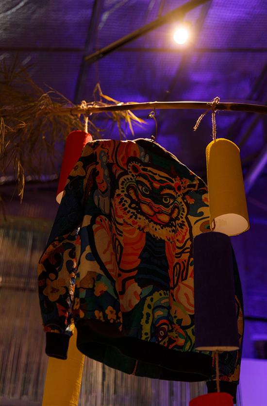 Hình ảnh linh vật được Thuỷ Nguyễn đưa vào áo bomber thể hiện nét giao hoà giữa xu hướng đương đại và nét đẹp trong văn hoá Việt.