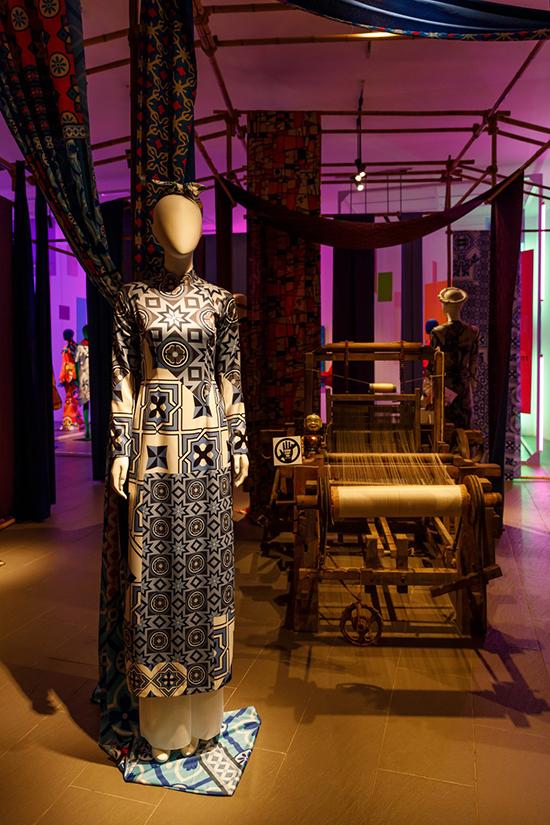 Áo dài gạch bông, sản phẩm bắt nguồn từ bộ phim Cô ba Sài Gòn và giúp Thuỷ Nguyễn tạo nên cơn sốt áo dài hoạ tiết Đông Dương.