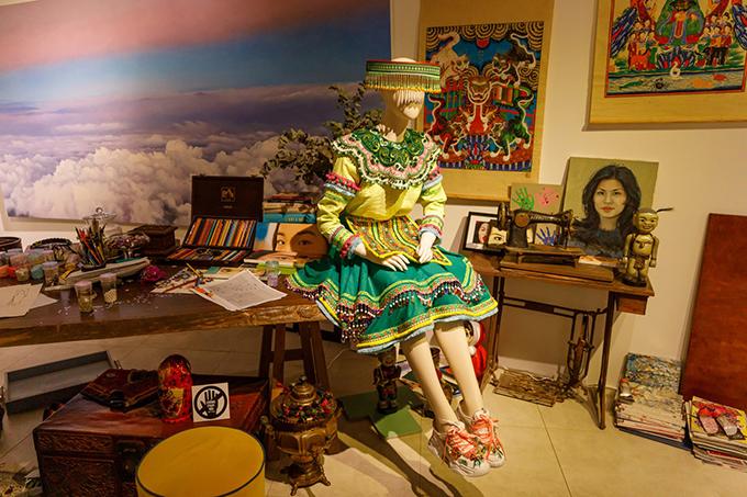 Căn phòng số ba là cách miêu tả chân thực và gần gũi về góc làm việc và sáng tạo nghệ thuật của Thuỷ Nguyễn.