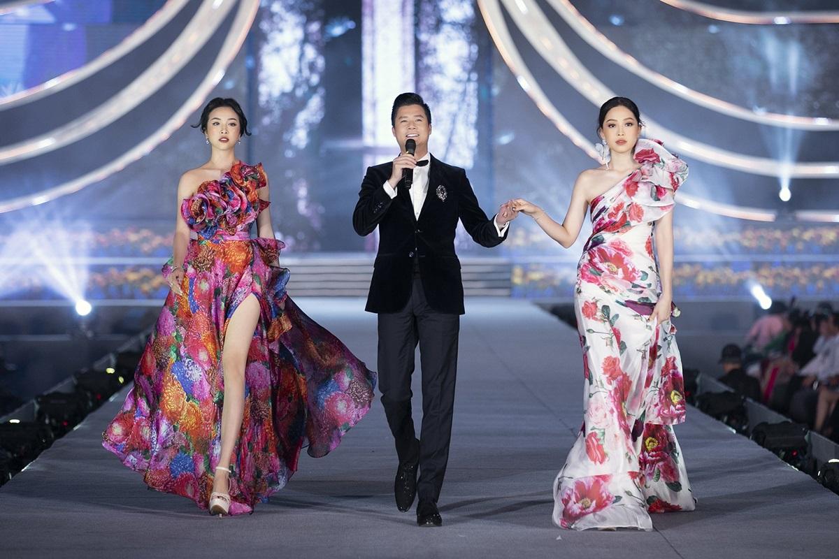 Á hậu Phương Nga (phải) và Thuý An (trái) sánh vai ca sĩ Quang Dũng. Hai người đẹp diện đầm họa tiết hồng mẫu đơn và cúc đại đoá. Hai loài hoa này khởi nguồn cho bộ sưu tập The Most Beauty.