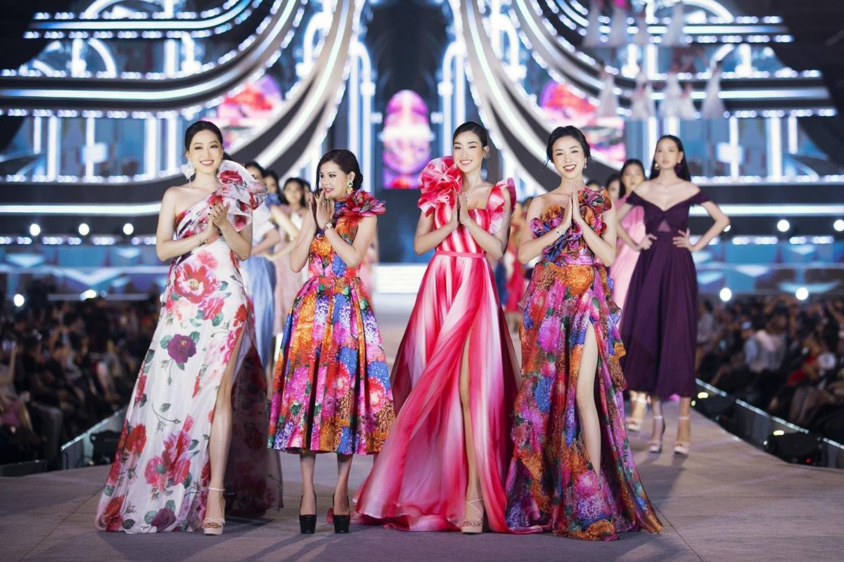 BST được thực hiện bởi đội ngũ thời trang Neva. Giám đốc sáng tạo là bà Easter Lily (thứ hai từ trái sang).