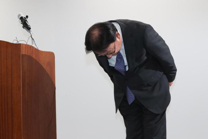 Ông Park Keun-hee, CEO CJ Logistics Corporation cúi đầu xin lỗi về cái chết của shipper 48 tuổi tại Seoul hồi tháng 10. Ảnh: Reuters.