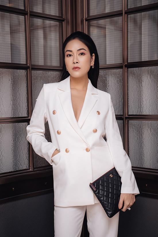 Ca sĩ, hoa hậu Tuyết Nga chọn mốt không nội y kết hợp phụ kiện hàng hiệu.