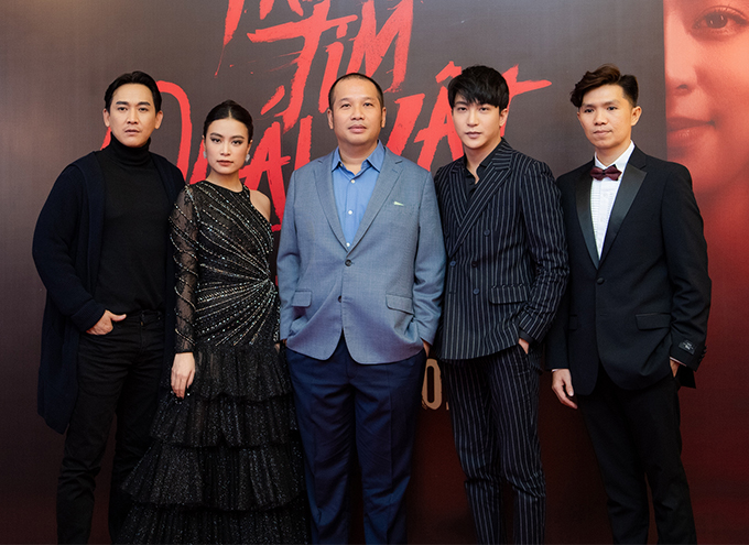 Hứa Vĩ Văn (bìa trái) gây bất ngờ với vai phản diện có tạo hình già nua, bụng phệ. Đạo diễn Quang Huy (giữa) là nhà sản xuất của bộ phim. Trước đó, Quang Huy từng hợp tác với Hoàng Thùy Linh trong phim Thần tượng.