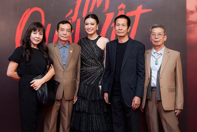 Gia đình Hoàng Thùy Linh cũng có mặt để chúc mừng cô.