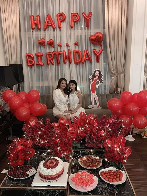 Diễn viên Trương Ngọc Ánh đón tuổi mới bên con gái.