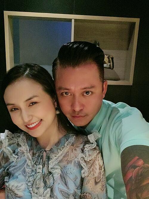 Ca sĩ Tuấn Hưng hạnh phúc bên bà xã Thu Hương.