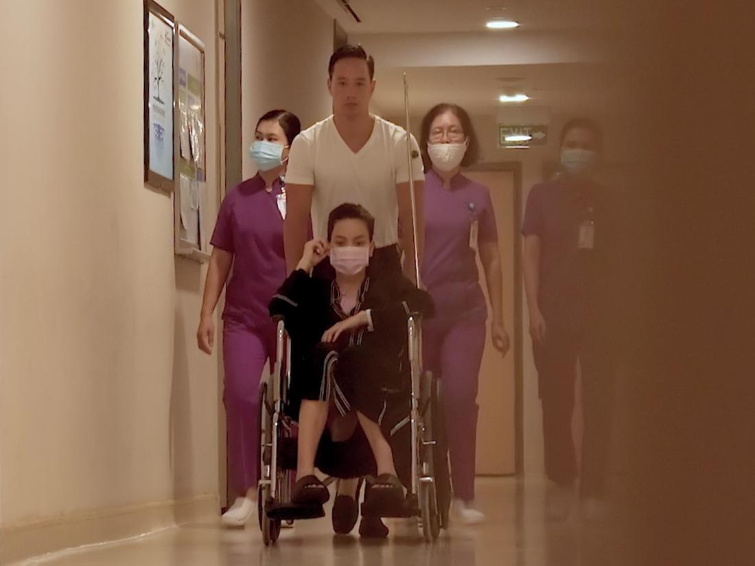 Khoảng 18h ngày 6/11, Hồ Ngọc Hà được Kim Lý đẩy xe lăn đến phòng tập trị liệu sau ca sinh mổ. Đi cùng họ là một số nữ y tá