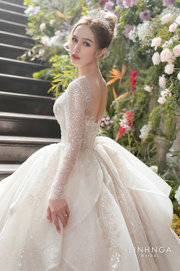 Mẫu váy đầu tiên cô dâu Xoài Non lựa chọn có chi tiết peplum cổ điển, được lấy ý tưởng từ váy của nữ hoàng Ravenna, có kỹ thuật xếp tầng độc đáo.