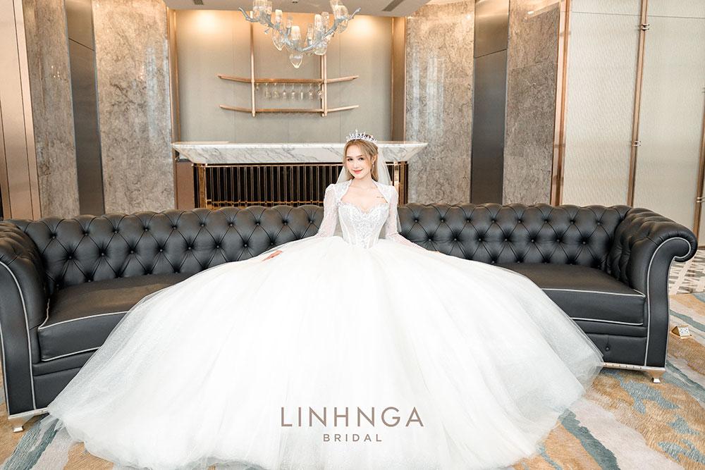 Tiếp theo, mẫu váy số 5, cô nàng Xoài Non lựa chọn thiết kế cổ nữ hoàng đi cùng các họa tiết đối xứng được tạo bởi các lớp ren charity cao cấp nhập khẩu từ Pháp nhẹ nhàng & bồng bềnh.