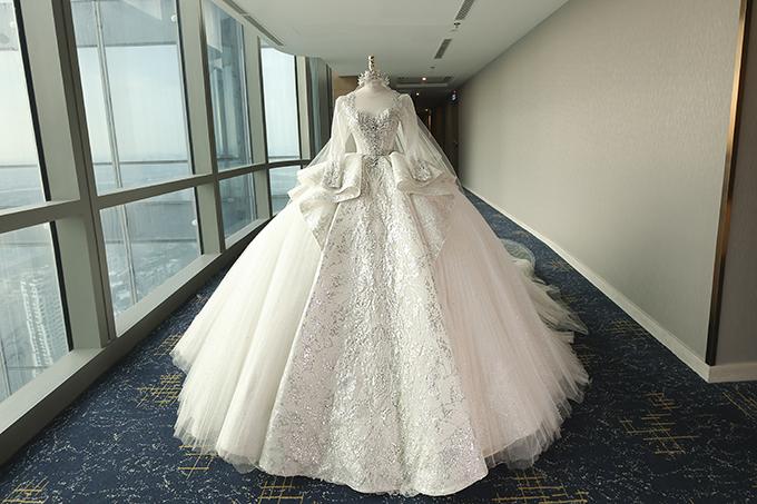 Trong ngày trọng đại, chú rể Xemesis mạnh tay chi, tặng cô dâu của mình váy cưới chính có giá 1,2 triệu USD, tương đương 28 tỷ đồng.