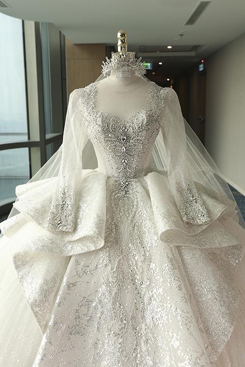 Chiếc váy được cách điệu ở tay, cổ áo vuông tim giúp tân nương 18 tuổi hóa thân thành nàng công chúa Belle trong chuyện cổ tích.