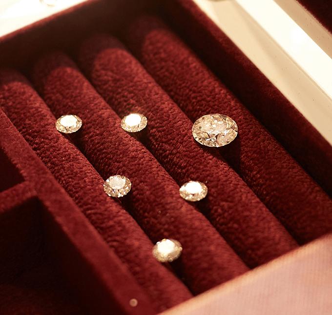 Cận cảnh 6 viên kim cương được đính trên ngực áo cưới.