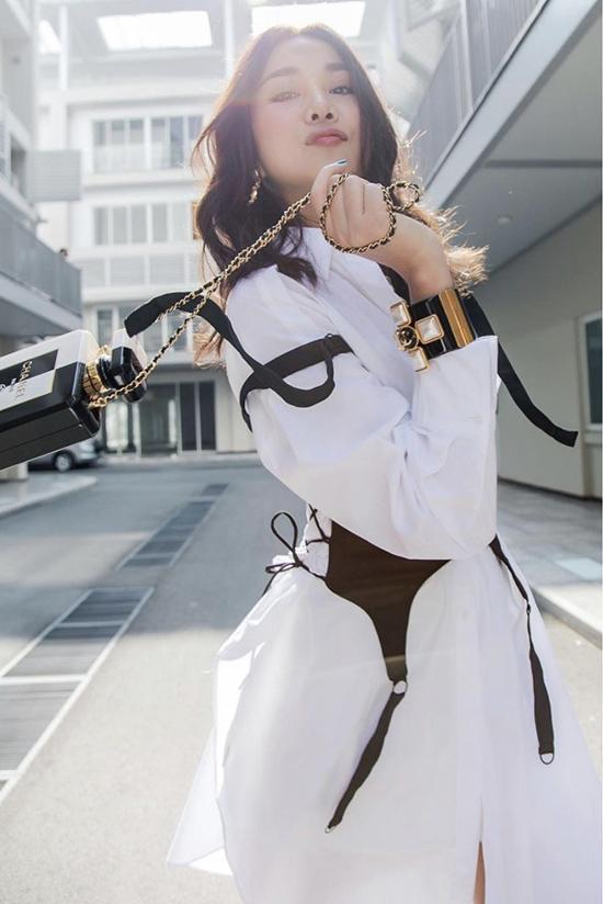Siêu mẫu Thanh Hằng trẻ trung hơn tuổi với cách phối hai màu tương phản cho set đồ gồm váy sơ mi, áo corset phá cách.