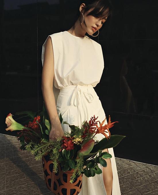 Phong cách nhẹ nhàng tôn vẻ đẹp thanh lịch nhưng không kém phần gợi cảm của Khánh Linh với áo sát nách mix đồng điệu cùng chân váy xẻ.