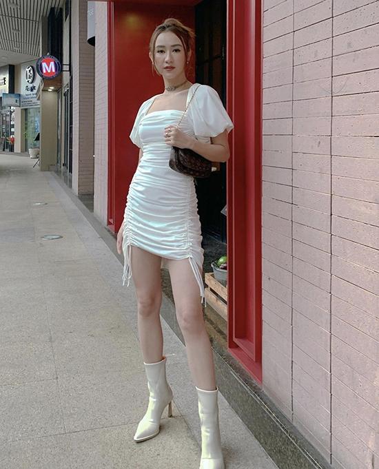 Hà Thu cá tính với cách phối bốt cổ cao hài hoà cùng váy rút dây - một trong những trang phục được ưa chuộng ở mùa hè thu năm nay.
