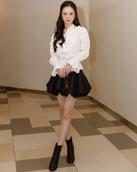 Ngoài cách chọn váy trắng thanh nhã xuống phó, Jun Vũ và nhiều sao Việt còn thích cách mix đồ trắng - đên cho trang phục thu đông.