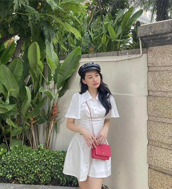 Xuống phố ngày thu, diễn viên Trúc Anh tôn nét đáng yêu với đầ cổ sơ mi đi cùng mũ baker boy và túi đeo chéo gam hồng sen bắt mắt.