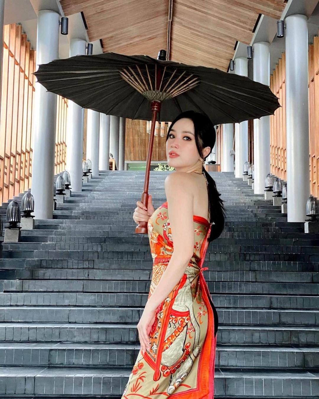 Ngay sau đó, nữ ca sĩ chuẩn bị đủ đạo cụ, tạo dáng ngay lối cầu thang