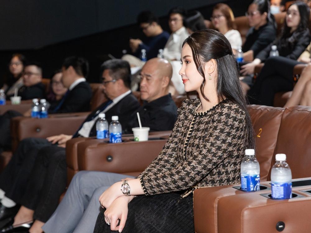 Ngân Anh chăm chú theo dõi buổi ký kết giữa Đại học Hoa Sen và một công ty lĩnh vực truyền thông, giải trí.
