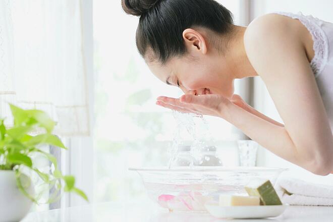 Rửa mặt bằng nước lạnh mang đến nhiều lợi ích cho làn da.