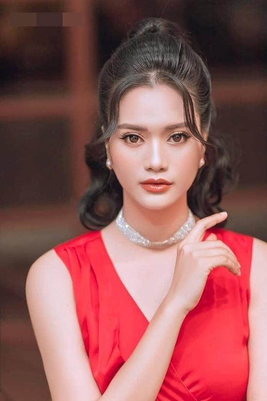 Trong một hoạt động ngoài lề khác, Trần Thị Mai cũng áp dụng kei63u tóc cột cao và uốn xoăn khiến cô mất điểm về nhan sắc.