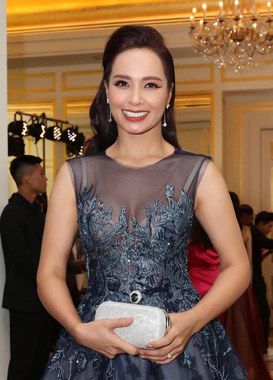 Cựu người mẫu Thúy Hạnh làm mất vẻ hấp dẫn của bộ đầm lộng lẫy do chọn sai nội y, khiến bra lộ rõ sau lớp chất liệu xuyên thấu.