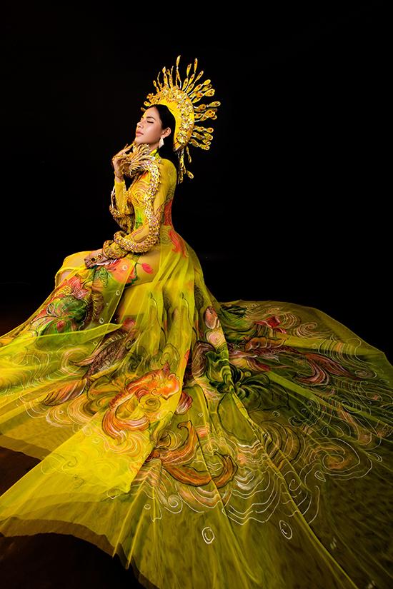 Cô chính là nàng thơ cho bộ sưu tập áo dài mới của nhà thiết kế Tommy Nguyễn.