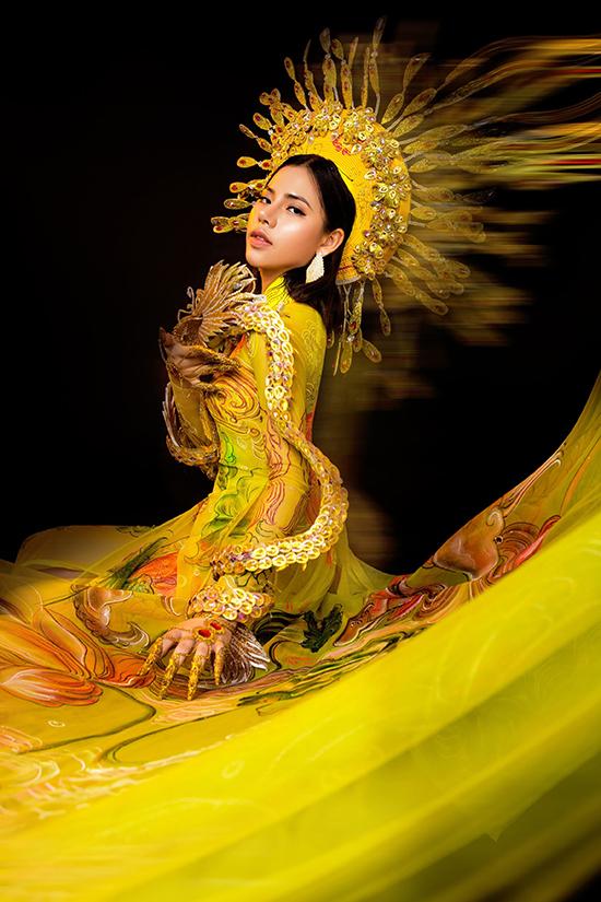 Bộ sưu tập lấy cảm hứng từ trang phục hoàng gia triều Nguyễn, kết hợp yếu tố truyền thống và hiện đại.