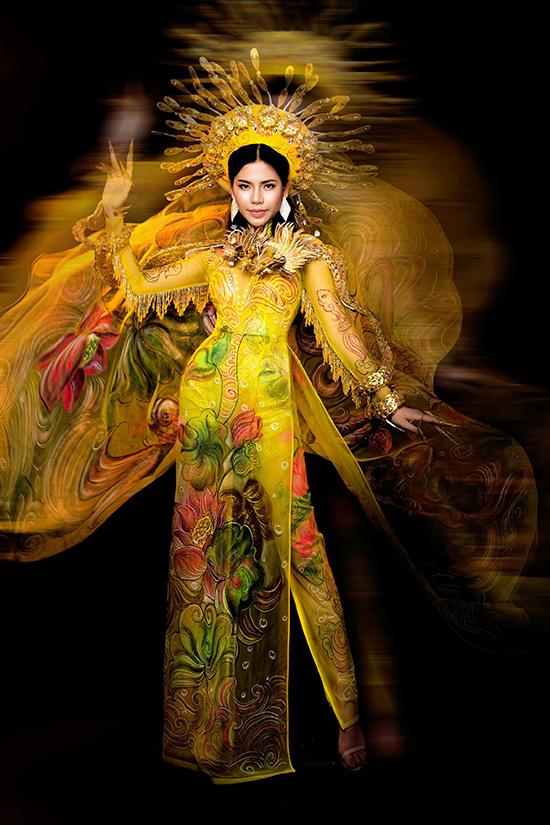 Mấn đội đầu đính họa tiết khiến bộ trang phục thêm lộng lẫy.