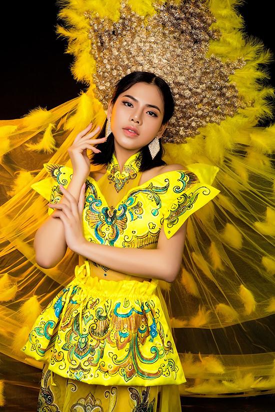 Tommy Nguyễn thiết kế nhiều mấn đội đầu khác nhau để đồng điệu với từng bộ trang phục.