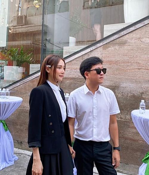 Diễn viên Nhã Phương và chồng diện đồ đồng điệu, nắm tay nhau tình cảm khi đi dự lễ khai trương tại TP HCM.