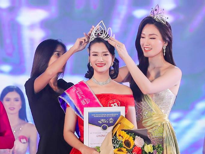 Trần Thị Mai trong giây phút đăng quang, nhận vương miện từ người tiền nhiệm.