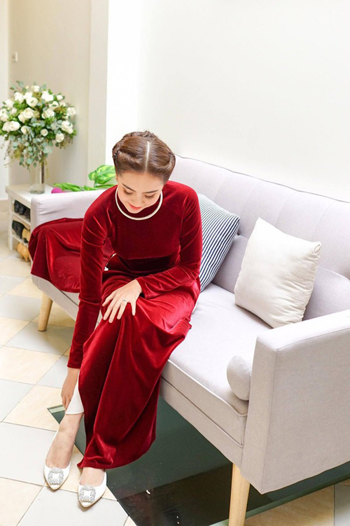 Mai Ngọc chọn cho mình kiểu tóc búi xoắn theo kiểu quý cô Hà Nội xưa, rẽ ngôi giữa gọn gàng giúp tôn nhan sắc Á đông.