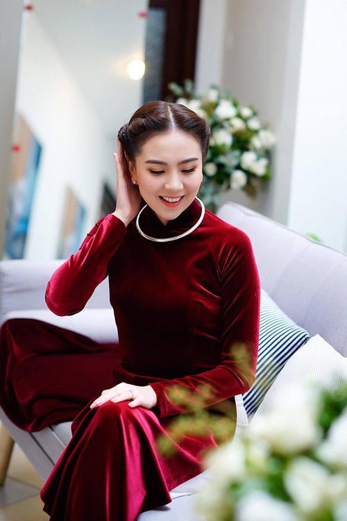 Do đỏ là một sắc màu nổi bật nên cô dâu chỉ nên chọn lựa layout makeup từ 1-2 điểm nhấn nơi mắt và môi, tôn vẻ đẹp Á đông với lớp nền nhẹ nhàng, có thể chọn lựa màu son đỏ tiệp màu áo.