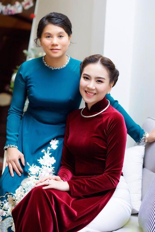 Để diện áo dài nhung đỏ không bị cộng tuổi, cô dâu nên chọn áo có đường chiết eo cao, tối giản phụ kiện hết mức để tổng thể trang phục không rườm rà.