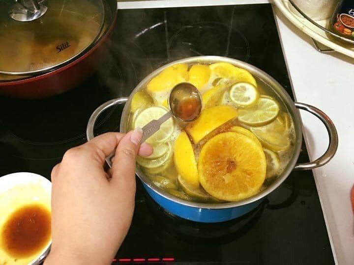 Do sử dụng cả cam, chanh để nguyên vỏ nên cần chú trọng ngâm, rửa sạch để loại bỏ bụi bẩn,