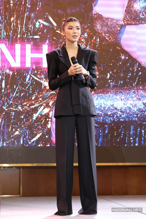 Người mẫu - diễn viên Đồng Ánh Quỳnh xúc động nhận tràng vỗ tay kéo dài chúc mừng của các nghệ sĩ và báo giới khi được công bố nhận vai Thanh Sói.