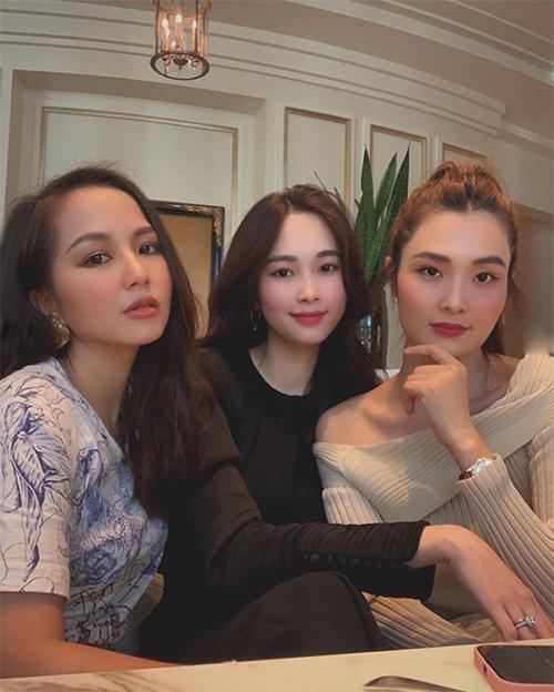 Hoa hậu Đặng Thu Thảo tụ tập cùng hội chị em tám chuyện bỉm sữa. Bà mẹ hai con kể: Lâu lâu chị em tụ tập nói chuyện con cái không mà không muốn rời nhau ra luôn.