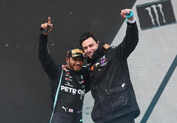 Tân vương F1 bên ông chủ Toto Wolff của đội đua Mercedes.