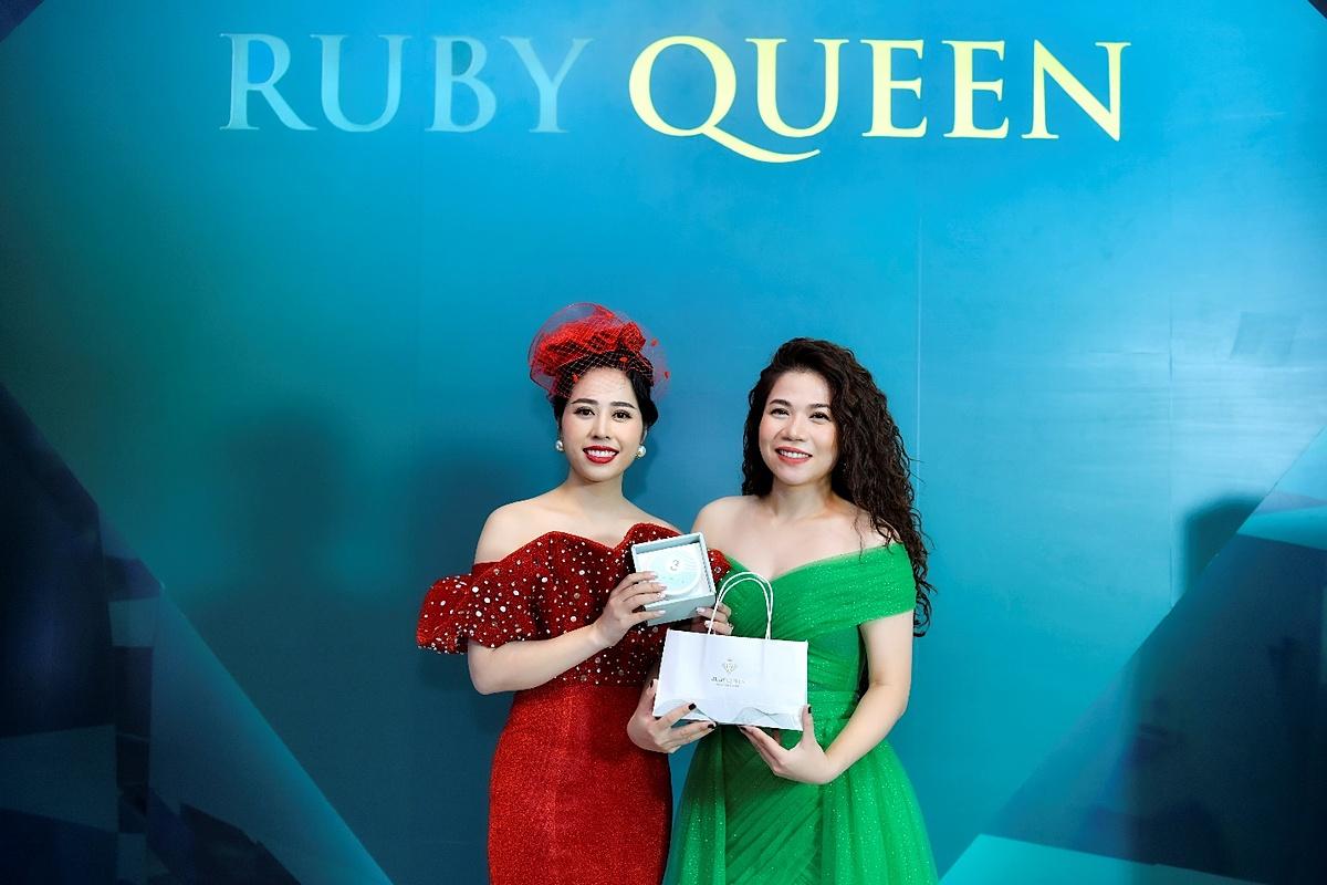 Doanh nhân Quế Anh đánh dấu mốc quan trọng trên con đường chinh phục thị trường mỹ phẩm Việt khi ra mắt dòng thương hiệu mỹ phẩm Ruby Queen theo 3 tiêu chí sang - xịn - mịn. Bộ ba sản phẩm được ra mắt là kem dưỡng trắng toàn thân Lamie, huyết thanh truyền trắng kim cương tuyết (Snow White Diamond) và sữa rửa mặt thảo mộc cao cấp (Premium Herbal Cleanser). Sự kiện này có sự góp mặt của nhiều nghệ sĩ trong showbiz Việt, trong đó có ca sĩ Mỹ Dung. Cô góp mặt từ sớm để chúc mừng chủ nhân bữa tiệc và thể hiện liên tiếp 3 ca khúc gồm: Một đêm say, Thiên đàng ái ân và Bên nhau mãi thôi.