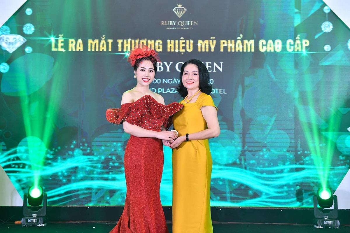 NSƯT Bùi Minh Phương trẻ trung trong chiếc váy màu vàng. Nữ nghệ sĩ khá gắn bó với các hoạt động của doanh nhân Quế Anh.