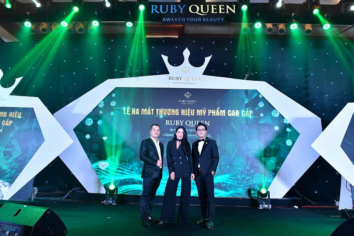 Từ trái sang phải: Doanh nhân Nguyễn Thành Công - ông xã của Quế Anh, siêu mẫu Bùi Thúy Hằng và ca - nhạc sĩ Dương Trường Giang.